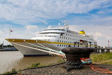 Cruise ship in harbor van Rolf Pötsch