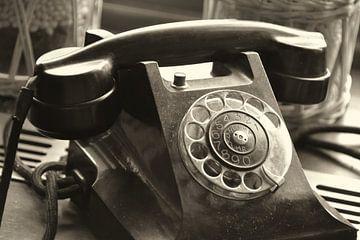 oude analoge telefoon met wijzerplaat als decoratie van Heiko Kueverling