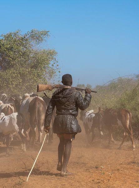 Herder met geweer in Madagaskar van Jeroen Kleiberg
