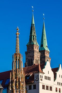 Schöner Brunnen und Kirche  St. Sebald in Nürnberg von Werner Dieterich