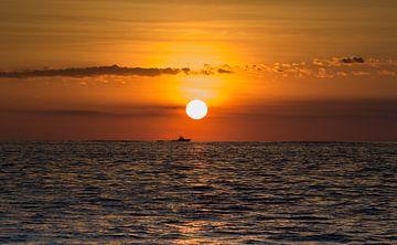 Sonnenuntergang mit Schiff von Karin vd Waal