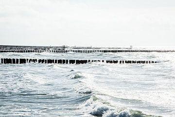 Zee met golven en paalhoofden bij Westkapelle van