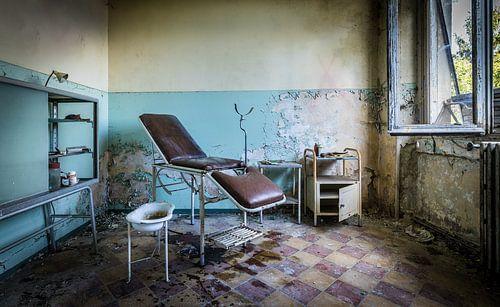 Behandelkamer in verlaten ziekenhuis van Inge van den Brande