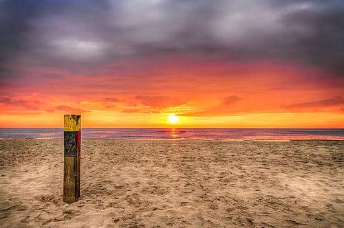 Zonsondergang op het strand van Texel 3 / Sunset on the beach of Texel 3 van