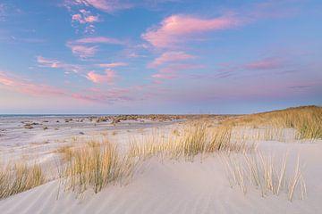 Rosa Wolken über dem Strand von Anja Brouwer Fotografie