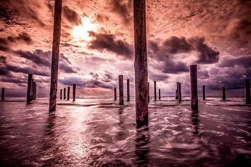 Palendorp in donkere wolken van Peter Heins