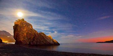 Nachtlandschap (zonsondergang), een donkerblauw nest met sterren, een rode streep van de avonderaad  van Michael Semenov
