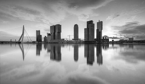 skyline van rotterdam bij zonsopkomst in zwartwit