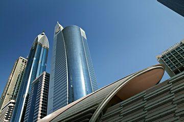 Panorama der langen Wolkenkratzer in der Skyline von Dubai vor blauem Himmel von Tjeerd Kruse