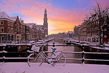 Das verschneite Amsterdam bei Sonnenuntergang mit der Westerkerk von Nisangha Masselink