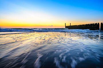 In de golven rond zonsondergang op het strand van Domburg von 7Horses Photography