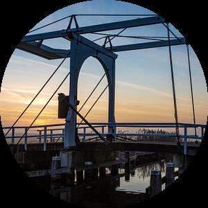 De ophaalbrug in de ruterpolder in IJlst Friesland bij zonsondergang. Wout Kok One2expose van Wout Kok