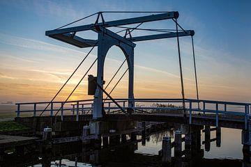 Le pont-levis dans le ruterpolder en IJlst Friesland au coucher du soleil. Wout Cook One2expose sur Wout Kok