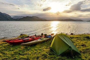 Kamperen in een Noors fjord tijdens een kanotrip in de zomer van