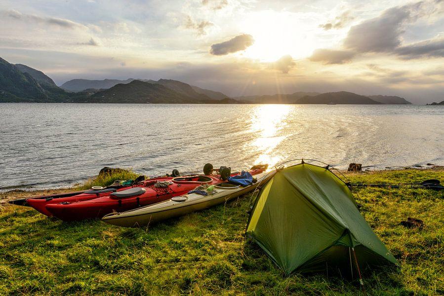 Kamperen in een Noors fjord tijdens een kanotrip in de zomer
