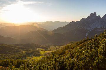 """Berglandschap """"De laatste zonnestralen over de bergen"""" van Coen Weesjes"""