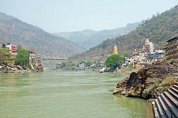 De rivier de  Ganges bij Laxman Jhula in India van Nisangha Masselink