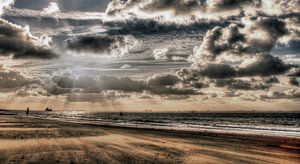 Wolkenlucht boven de zee