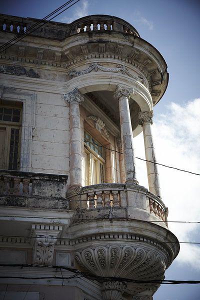Altbau mit klassischem Balkon von Karel Ham