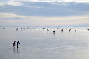 Schaatsers op het IJsselmeer
