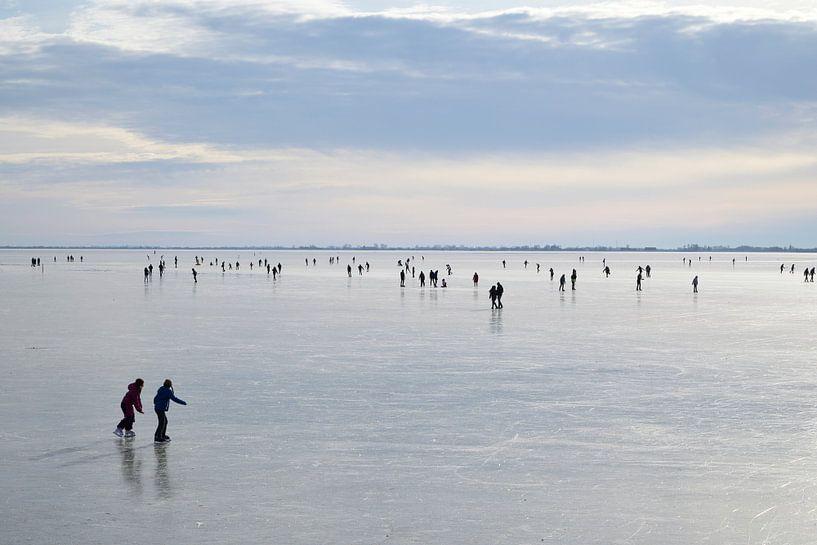 Schaatsers op het IJsselmeer van Barbara Brolsma