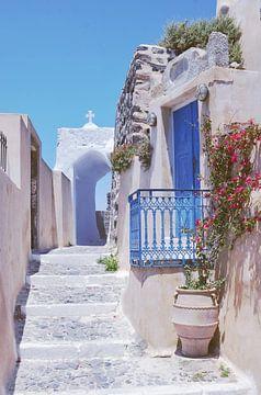 Kleine Straße in Santorini, mit seinen blauen Türen und weißen Gebäuden von Carolina Reina