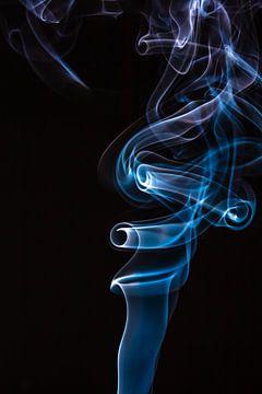 Blauwe en paarse wierook op een zwarte achtergrond. van Robert Wiggers