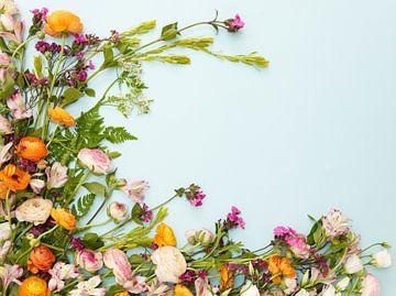 Lente bloemen op een blauwe achtergrond van Beeldig Beeld