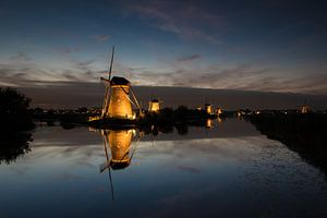 Verlicht molens van Kinderdijk in de avond