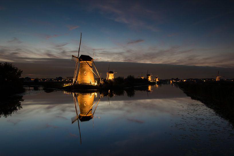 Verlicht molens van Kinderdijk in de avond van Patrick van Oostrom