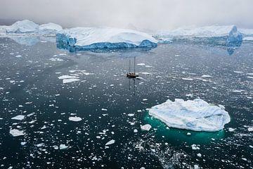 Zeilboot tussen ijsschotsen in Groenland van Martijn Smeets