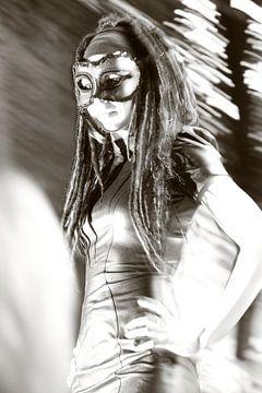 Mysterieuze gothic vrouw met masker. Zwart wit van Bobsphotography