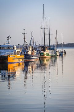 Boten in de haven van Sassnitz op Rügen van Christian Müringer