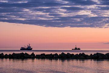 Schiffe an der Küste der Ostsee im Sonnenuntergang von Rico Ködder