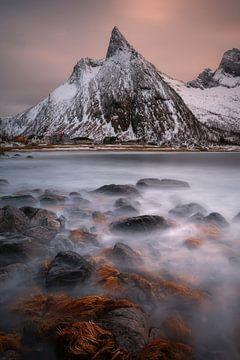 Zonsondergang aan Ersfjord op het eiland Senja in Noorwegen. van Jos Pannekoek
