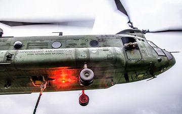 Chinook transporthelikopter tijdens een logistieke oefening van Floris Oosterveld