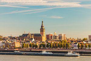 De stad Nijmegen tijdens zonsondergang