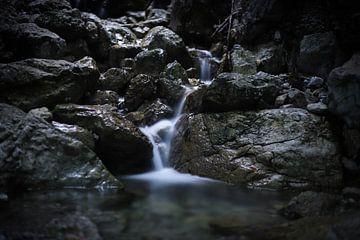 Mini waterval in Oostenrijk van Isabel van Veen