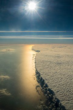 Harde rand van een wolkendek boven de Middellandse Zee voor de Côte d'Azur, Frankrijk van Denis Feiner