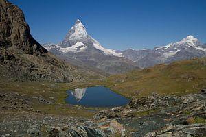 De Matterhorn spiegelend in de Riffelsee in het mooie Zwitserse landschap
