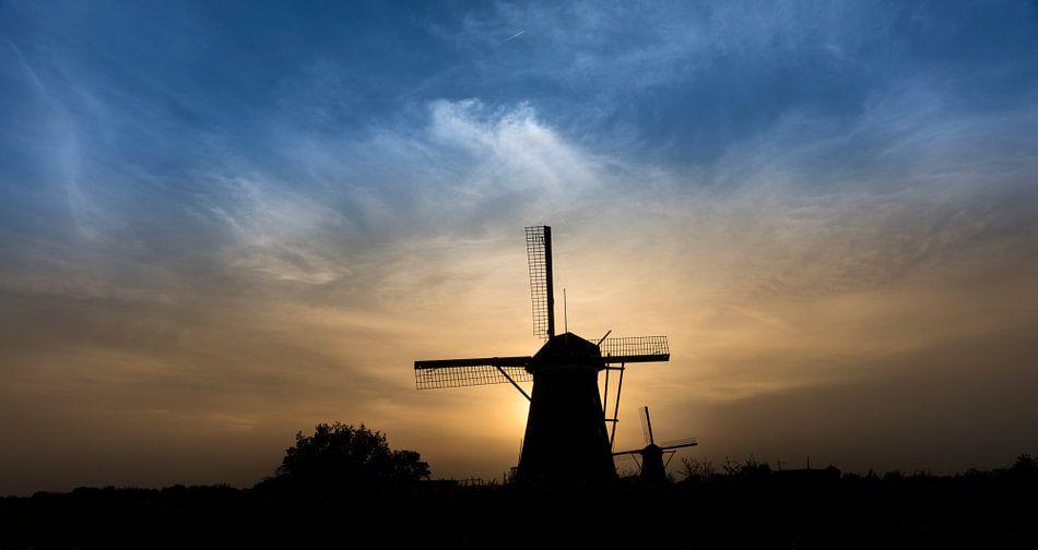 Windmolen Nederwaard Nr 5, Kinderdijk tijdens zonsondergang. van Pieter van Roijen