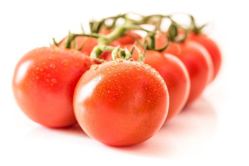 Macro rijpe sappige tomaten met waterdruppels van Dieter Walther