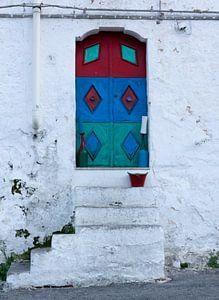 Porte colorée à Ostuni sur MDRN HOME