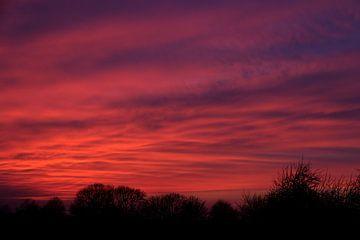 Gekleurde wolkenlucht bij zonsondergang van Ton Reijnaerdts