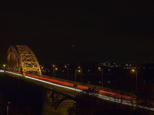 Avondfoto verkeer Waalbrug van