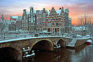 Besneeuwd Amsterdam in Nederland bij zonsondergang