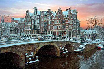 Besneeuwd Amsterdam in Nederland bij zonsondergang van