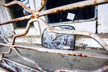 Valparaiso, Chile - Autospiegel im Fensterrahmen von Francisca Snel