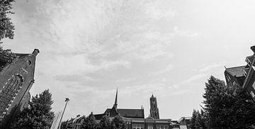 Domtoren en Sint Willibrordkerk van Janskerkhof, Utrecht (zwart-wit) van Kaj Hendriks