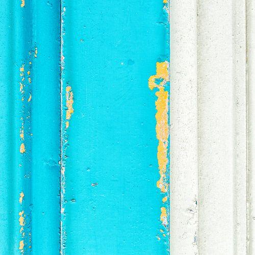 Abstract van pastel blauw op een gebladderd ijzeren paneel van Texel eXperience